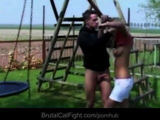 Puta golpeada y castigada con mamada en una pelea de gato brutal