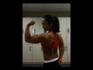 Músculo femenino asiático enorme flexión