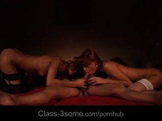 Dos chicas salaces y sensuales estropean un gallo en un 3some lujurioso