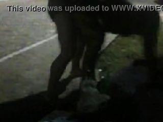 Mujer tarada por rola, dando pra un macho pauzudo no meio da rua ...