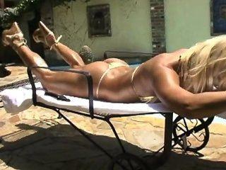 Ashley lawrence increíble cuerpo en bikini de oro