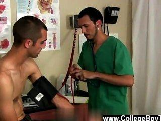 Hombres desnudos el doctor y su paciente llegaron a acabados opuestos del examen