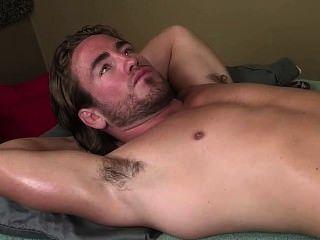 Masaje musculoso de axila caliente