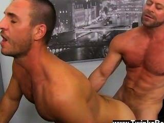 Orgía gay el chico comparte sus habilidades orales con casey analingus que