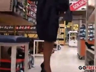 Mujer en tienda de compras se sienta y se revela a sí misma