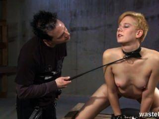 El esclavo del sexo del jengibre es azotado y azotado para su placer
