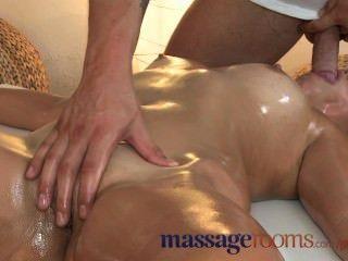 Salas de masaje pequeña morena obtiene su agujero apretado follada por stud más joven
