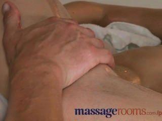 Salas de masaje bailarina adolescente dobla su cuerpo hermoso en cualquier posición
