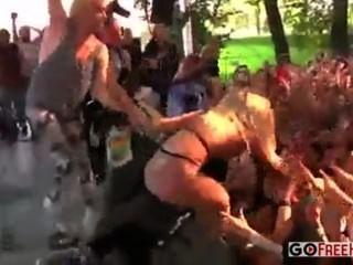 Algunos pollitos al azar se desnuda en el escenario en un concierto