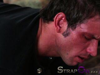 Strapon él obtiene su culo follada por rachel evans