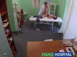 Fakehospital médico obtiene bolas profundas con el paciente bisexual mientras novio