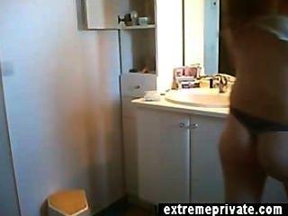 Pelirroja milf ann desnuda en el baño