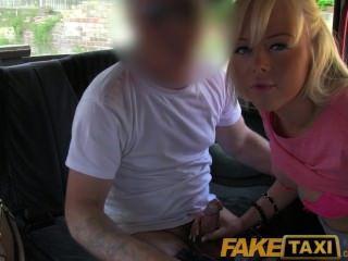 Faketaxi rubia bonita rubia británica obtiene conductores cum en su coño calvo
