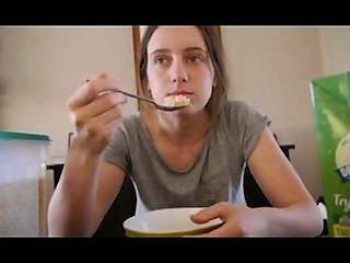 Caliente de 18 años disfruta de sí misma en la cocina.