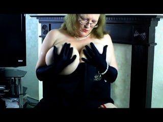 Sally maduro en vestido de noche y guantes largos negros.
