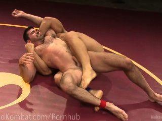 Sudorosos musculosos de lucha libre