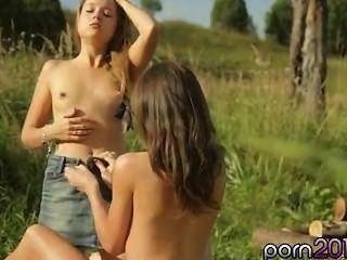 Kaitlyn lame a las divas con su lengua