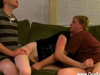 Chicos desnudos aron, kyle y james están draping en el sofá y prepped