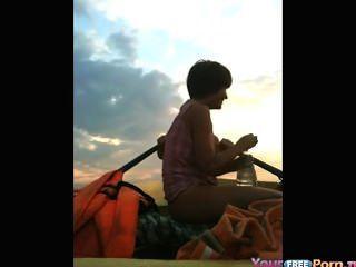 Adolescentes se folla en un barco en el lago