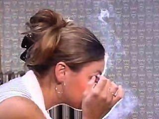 Sorprendente nariz exhalar, fumar haciendo maquillaje