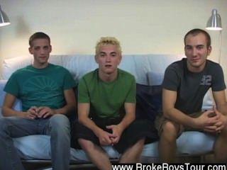 Orgía gay después de que él vino, él simplemente tipo de sentarse atrás y relajado sabiendo que