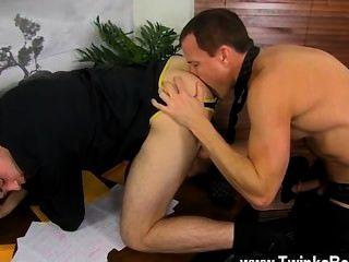 Sexo gay caliente mientras que todo el mundo está fuera para almorzar, duncan y jason disfrutar