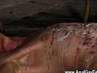 Twink película encadenada al piso del almacén e incapaz de escapar de su,
