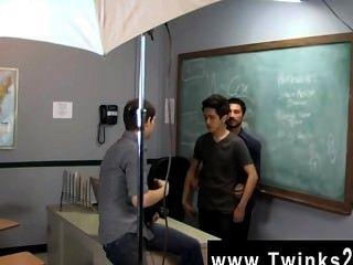 ¡Los hombres atractivos apenas otro día en la oficina de los twinks de la enseñanza!Jason alcok ayuda