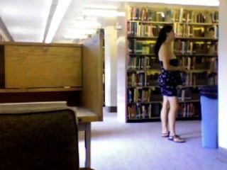 Desnudo en la biblioteca