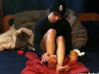 Gays xxx él cuida la mantequilla de cacahuete encima de sus dedos del pie antes