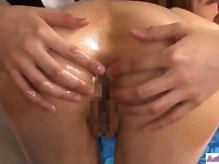Asiática chica besando con la masajista obtener su culo lamió y fingere