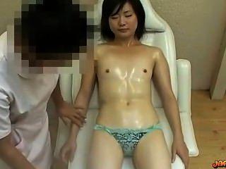 Chica asiática con minúsculas tetas masajeado coño estimulado con vibrador en la ma