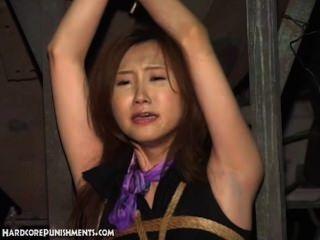 Tortura de agua para la hermosa obligada asiática bebé