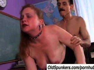 Picante es una mamá rizada que ama el sabor de cum