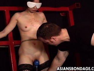 Asiática cutie gime mientras que se azotó