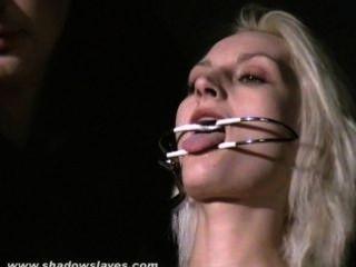 Tortura de aguja extrema y hardcore bdsm de esclava rubia en grave