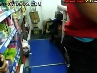 Mamada completa de una chica morena en una tienda
