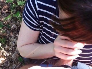 Engañando esposa chupa mi polla en el bosque y me deja eyacular en su boca!