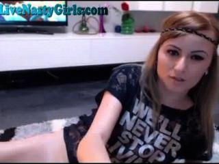 Jugando con mi coño en la webcam 5