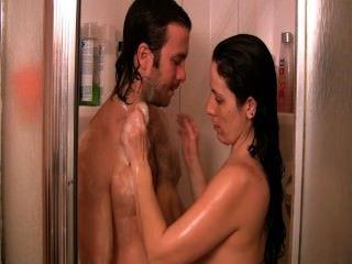 Ducha rápida.Mamada y perrito grande del asno en la ducha.