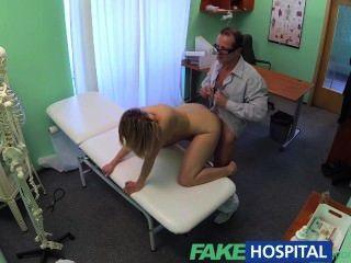 Fakehospital caliente milf traga una carga de los buenos médicos cum