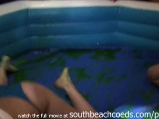 Las chicas calientes salvajes jello luchando en la barra de la universidad South Beach Florida