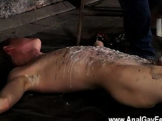 Caliente escena encadenada al piso del almacén e incapaz de escapar
