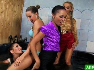 Cuatro chicas del euro en un jacuzzi