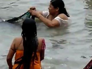 Indio ganga bañarse cogido 2