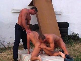 Dos policías sexy hacen un chico