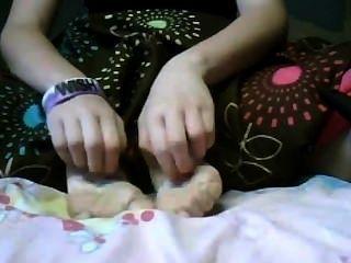 Pies cosquillas niña 1