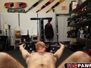 Hombre desnudo muestra su equipo de entrenamiento antes de que se la follan