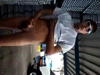 Chico caliente tirones y corridas al aire libre en público