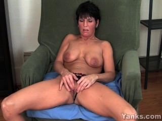 Piercing milf kassandra masturbándose